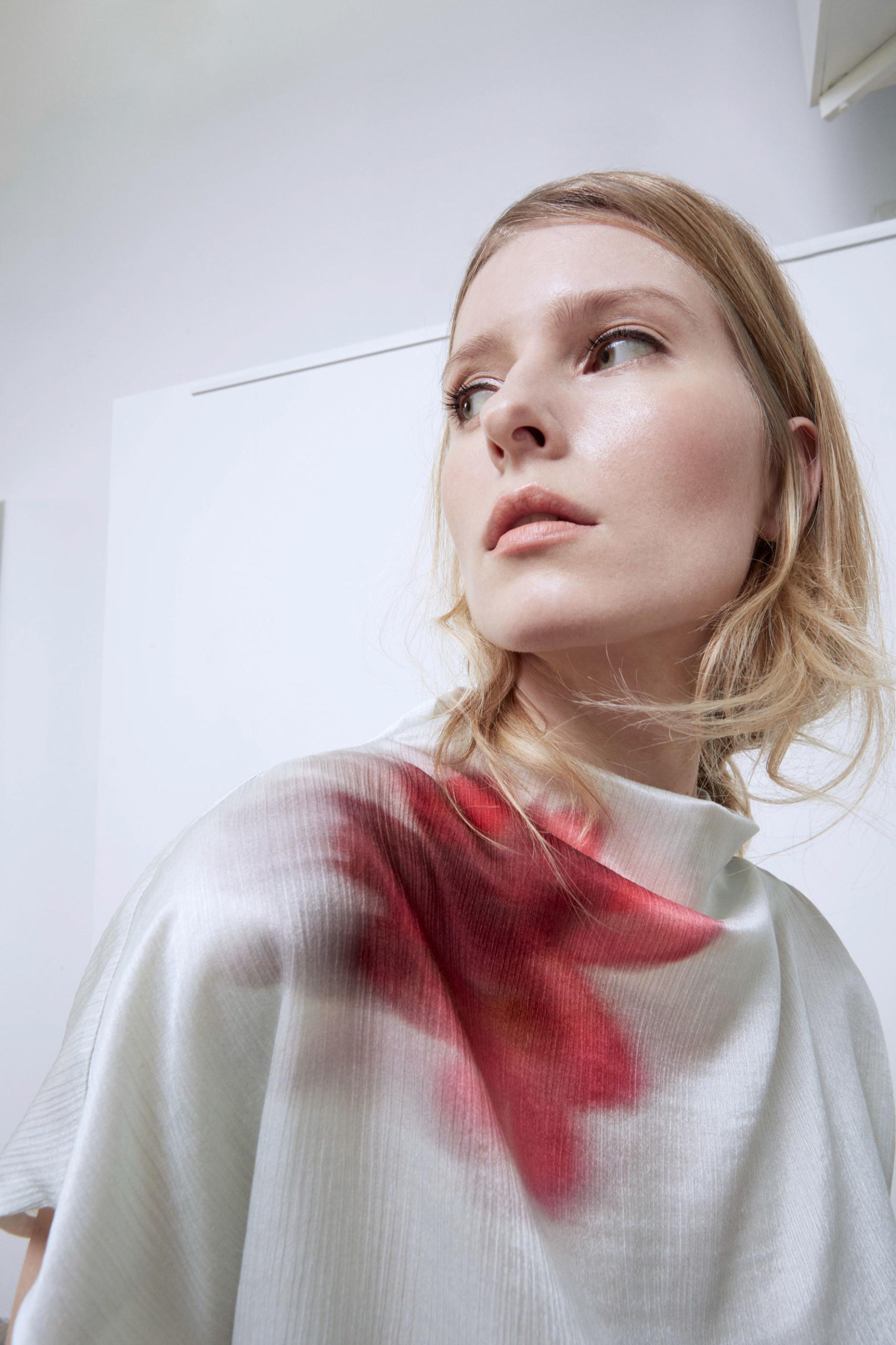 Bav-Tailor-camicia-bianca-fiori-rossi-2