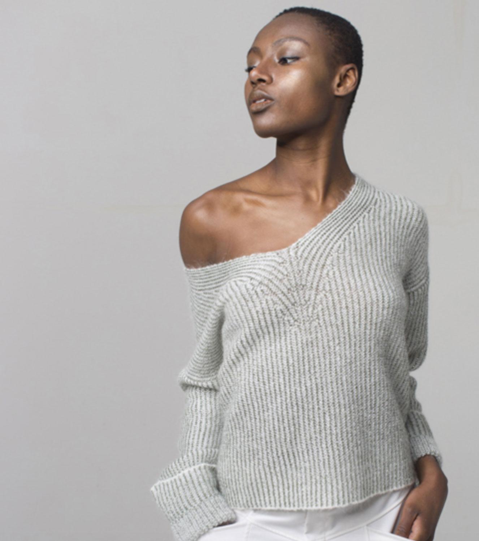Brand-Unique-maglione-grigio-scollo-v